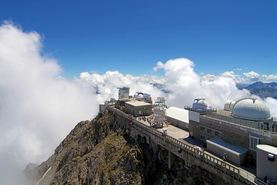Le Pic du midi au dessus des nuages Hautes Pyrénées